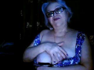 Ex-professora granny russa piscando seus seios grandes na webcam