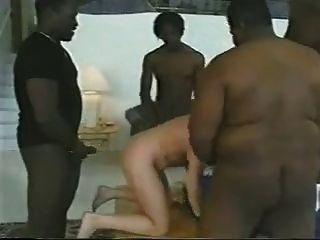 Mulher loura tomada por 4 bbcs.Cuck marido faz a limpeza