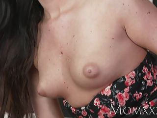 Mamãe sexy mulher tem seu bichano raspado lambido e fodido