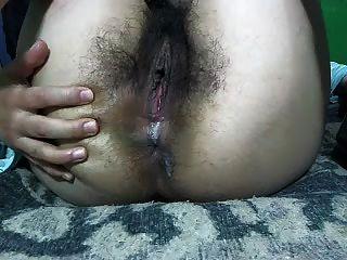 Garota muito peluda mostra tudo