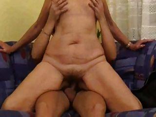 Mãe com corpo flácido, mamas saggy e covinha peluda