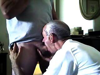 Policial aposentado recebe uma boquete
