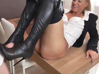 Sexy loira alemã em calções de couro