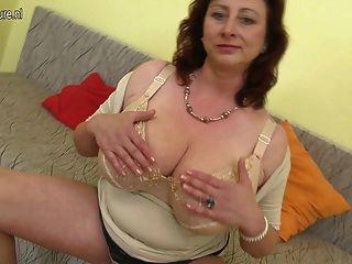 Enorme mama breasted jana adora brincar com seu bichano peludo