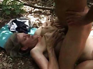 Horny granny fucked por um lenhador