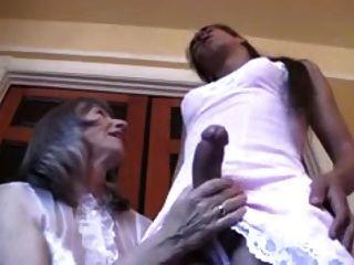Senhora adorando vestir seu sissy crossdresser