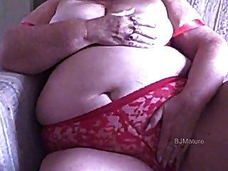 Bbw avó em sutiã vermelho e calcinhas masturbates para você