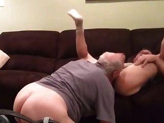Velho papai rimming, chupando e fodendo homem mais novo
