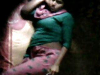 Barishal feliz menina masturbando em sua cama visto por vizinho