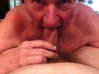 Vovô de cabelos brancos perfeitamente bj com boca de limpeza