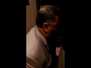 Papai chupa no banheiro