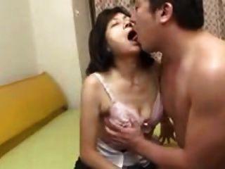 Mãe japonesa suga andorinhas e esguichos