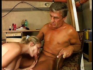 Bonitinha gigantes tits loira fodido em stokehold por homem mais velho