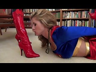 Batwoman vs supergirl