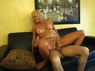 Horny mom erica fica sua peluda cunt recheado com galo