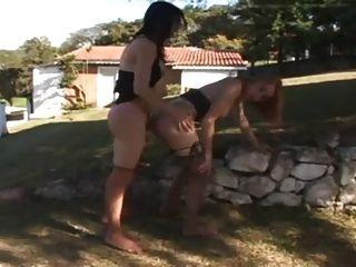 Dois quente tgirls foda ao ar livre