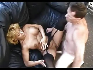 Madura sexy em meias pretas fode o cara de escritório