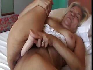 Senhora loira com bochechas agradáveis fode um vídeo galo de borracha