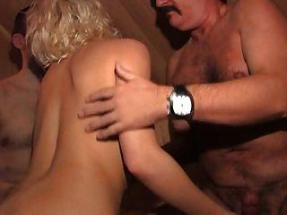Viena uso da sauna com 2 vizinhos