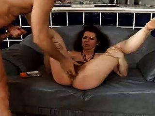 Squirt maduro peludo enquanto anal fodido