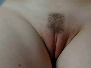 Menina mostra fora de sua buceta de perto