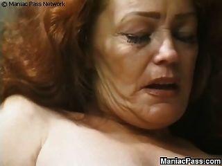 A avó de cabelos compridos gosta de sexo