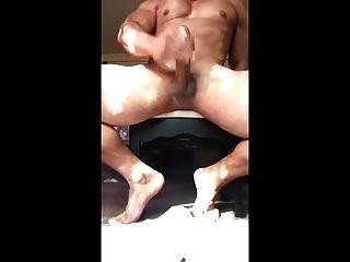 Musculoso com um galo enorme gatilhos fora com uma carga muito grande