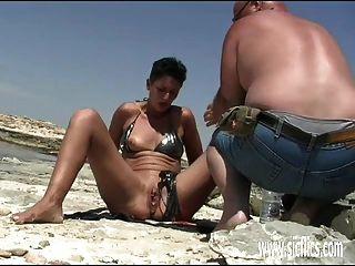 Amador esposa punho fodido na praia