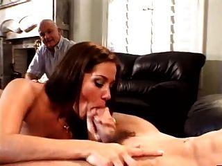 O marido ama prestar atenção à esposa com seu amante marroquino
