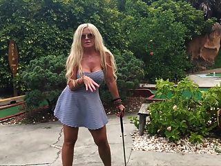 Sexo público mini-golfe com milf grande