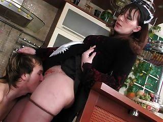 Madura empregada seduz menino