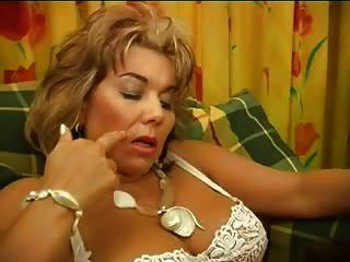 Francês feminino maduro peludo e jovem escravo oral