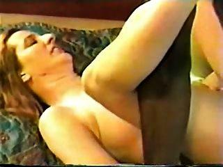 Hotwife maduro em um quarto do motel com touro preto