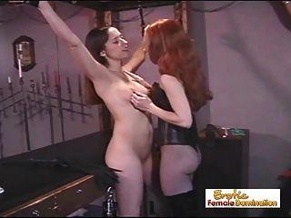 Meninas escravas são punidas por atuarem como amantes