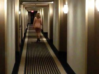 Sexy milf nos saltos que andam despidos no corredor do motel