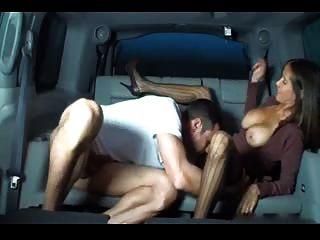Handjob mulher quente busty em um carro