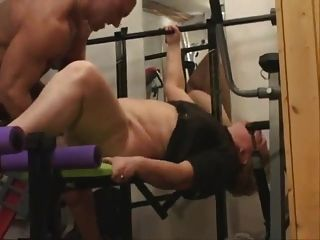 A avó gorda faz o anal na ginástica