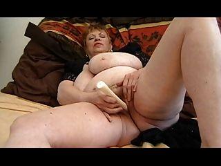 Avó gorda masturbando