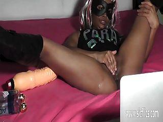 Ebony girl fisting e enorme dildo inserções