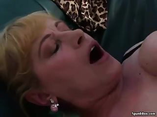 Busty blonde obtém seu bichano martelado
