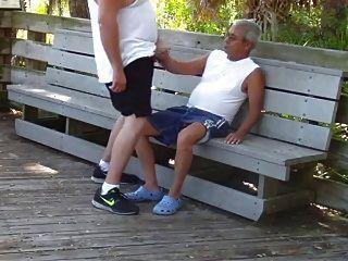 Gays mais velhos fazem sexo no parque público