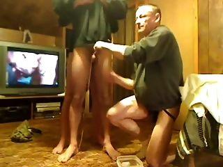 Mestre e amigo brincando com escravo