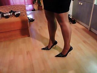 Amador em meias de nylon e sapatos de salto alto