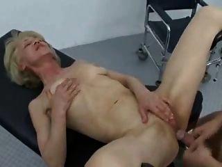 Sexo anal granny na visita ao médico