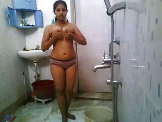 Menina indiana banhando-se nu