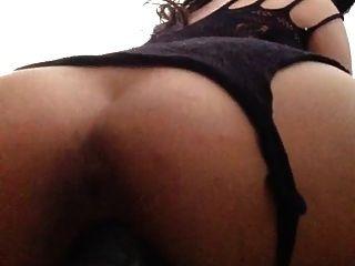Sexy latina fode um enorme dildo