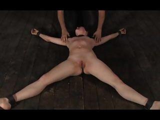 Bdsm girl no chão por bdsm master