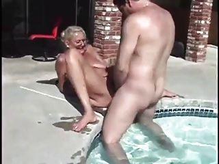 Avó anastasia obter 2 galos ao lado da piscina