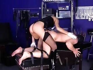 Amante loura fode seu escravo.