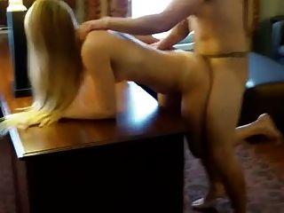 Marido pediu-lhe para foder outro de seus patrões (anal).